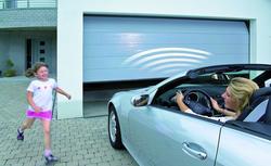 Brama garażowa z napędem. Na co zwracać uwagę wybierając napęd do bramy segmentowej lub bramy uchylnej?
