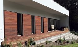 Zdjęcia elewacji domów z drewna i kamienia