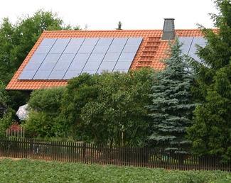 Prąd w domu energooszczędnym: fotoogniwa i turbiny wiatrowe