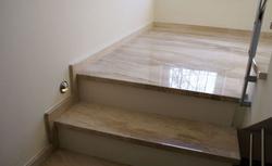 Różne sposoby wykończenia schodów żelbetowych wewnątrz domu. Galeria