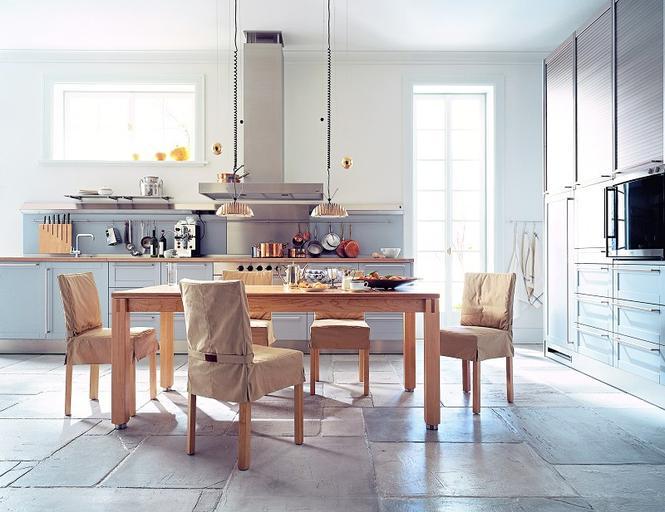 Tradycyjny stół w nowoczesnej kuchni