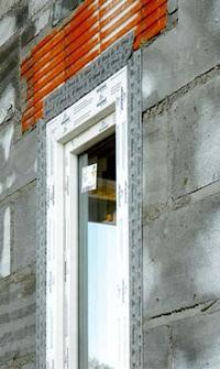 Sposób montażu okna w ścianie domu energooszczędnego