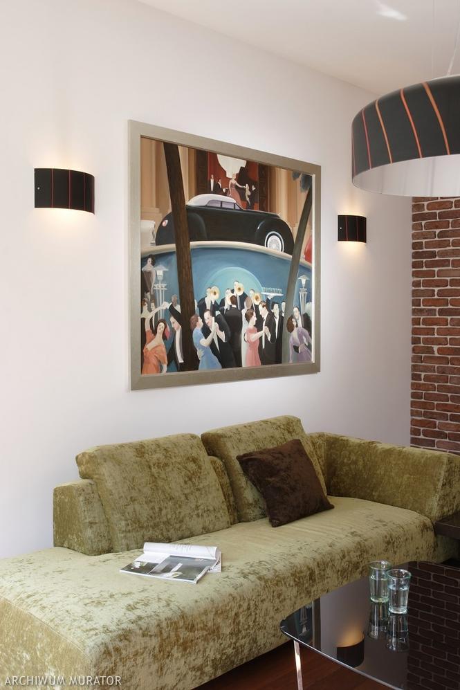 Obraz na ścianie w salonie: między lampami