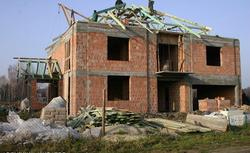 Co zgłaszać do nadzoru budowlanego na kolejnych etapach budowy domu jednorodzinnego