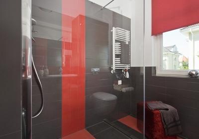 Aranżacja nowoczesnej łazienki w odważnych kolorach. Oryginalne połączenie szarości z czerwienią