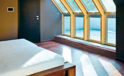 Jak urządzić poddasze pełne światła dziennego? Pomysł na aranżację sypialni i gabinetu na poddaszu