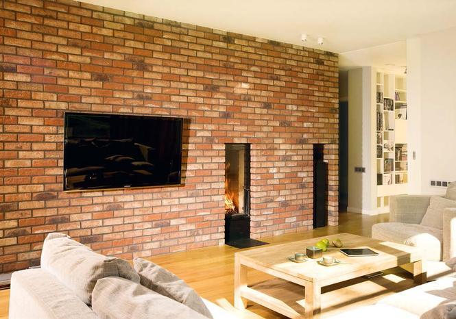 Ściana z cegły ręcznie formowanej