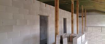Jakie zalety ma murowanie ścian działowych z betonu komórkowego? Jak murować krok po kroku?