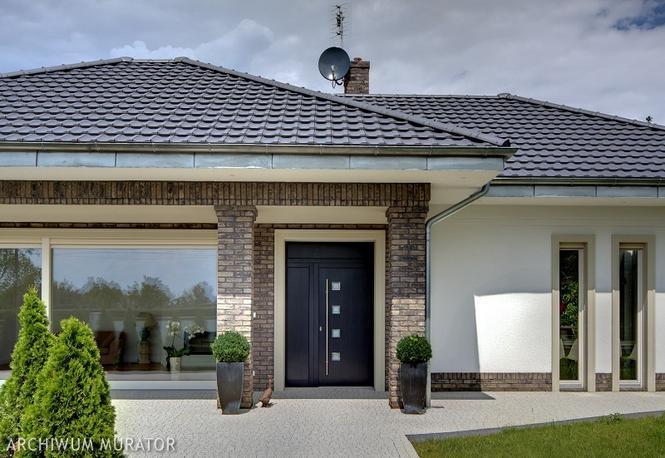 Dachówka ceramiczna na dachu czterospadowym
