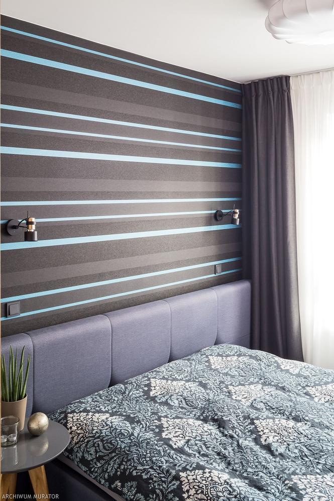 Ciemna tapeta w paski w sypialni