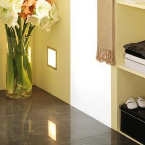 Podświetlone drzwi szafy w przedpokoju