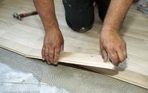 Podłoga drewniana - jaki wybrać klej do parkietu?